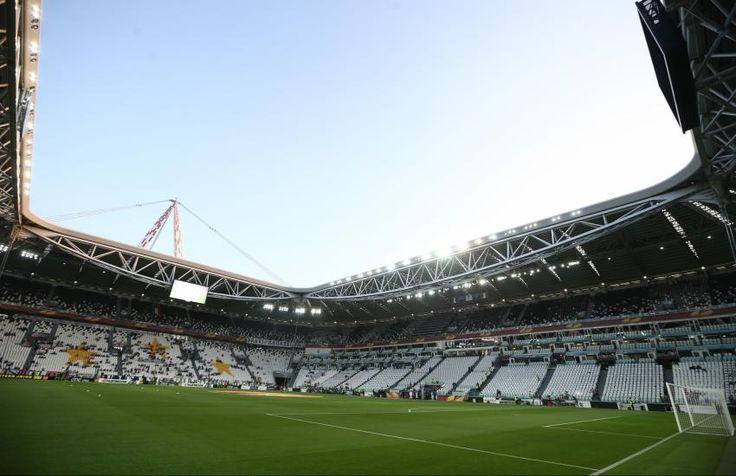 Juventus Stadium - Turin - 41 800 places  Après des décennies dans le Stadio delle Alpi, la Juventus a inauguré en 2011 un stade flambant neuf, le Juventus Stadium. Il a coûté 105 millions d'euros au club. Son design s'est rapproché des stades anglais: Finies les pistes d'athlétisme autour de la pelouse et les tribunes éloignées du stade, les spectateurs sont désormais très proches du terrain, dans des gradins très raides. (L'Equipe)