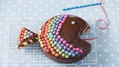 Zebrakuchen-Regenbogenfisch   Wie wird ein Zebrakuchen zum Regenbogenfisch? Wir erklären es Schritt für Schritt. Und am Ende steht ein Zebrakuchen-Regenbogenfisch auf der Kaffeetafel.