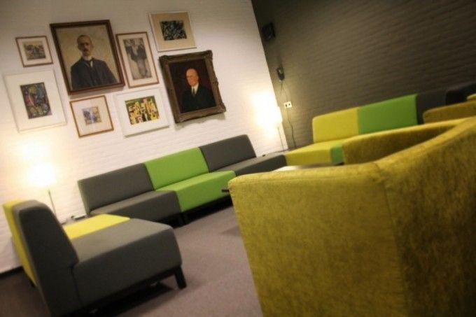 Lounge-hoek met kunst uit eigen bezit.
