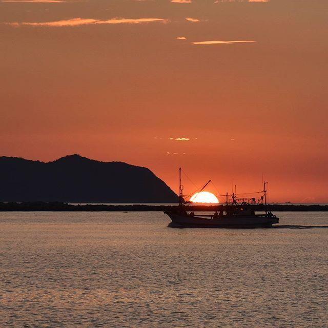 【ushibuka_sanpo】さんのInstagramをピンしています。 《昨日の夕陽…  別バージョン…  ちょっと場所移動…  したら  海に沈んでたよ…  ちょうど船も…  拡大してますけど…  どうでしょう…  #牛深 #天草市 #天草 #熊本県 #後浜 #夕焼け #夕陽 #漁船 #海 #空 #懐かしい #癒し #風景 #故郷 #ふるさと #牛深PR  #Nikon #がんばろう熊本 #がんばろう牛深 #ushibuka #amakusa #kumamoto》