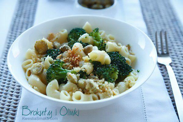 Makaron z brokułami i zielonymi oliwkami oraz migdałami