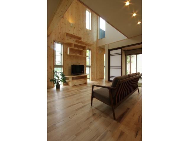 1F:LDK お気に入りのフィギアを飾る棚とテレビボードは壁と同じパイン材でオーダーメイド。Onocom Design Center