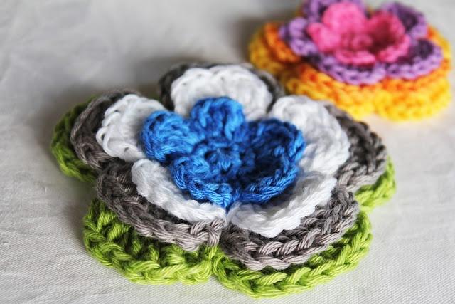 Mönster till virkad blomma. Flower pattern, in Swedish. interesting colors? hmmm