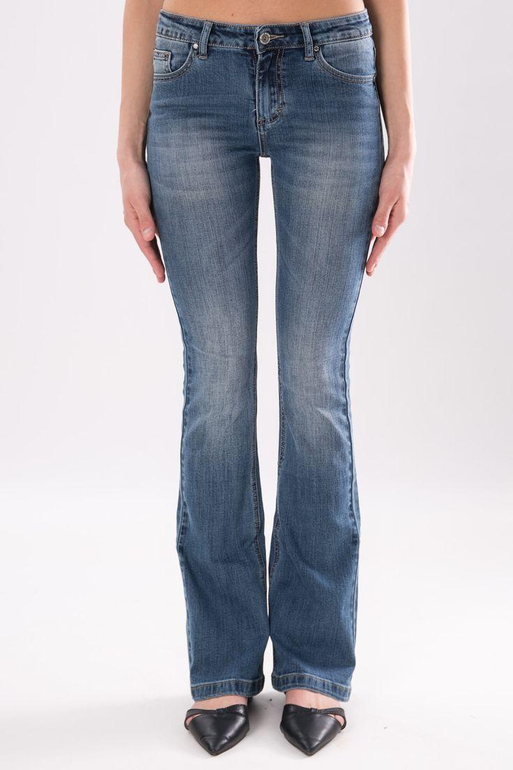 Jeans denim stone washed a cinque tasche.Chiusura frontale a zip e bottone in metallo. Pantalone a zampa dal sapore bohémien, intramontabile e versatile.  La modella indossa la taglia S.  #DANI #danishop