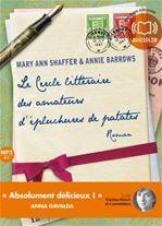 Après la guerre de 1939-1945 et l'occupation allemande sur l'île de Guernesey, Juliet Ashton, écrivain qui cherche l'inspiration, commence une correspondance avec des habitants d'un cercle littéraire. Peu à peu des confidences se font...