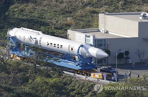 발사대로 향하는 나로호 : 한국 첫 우주발사체 '나로호(KSLV-1)'의 3차 발사 예정을 이틀 앞둔 24일 오전 나로호가 전남 고흥군 외나로도 나로우주센터 발사체조립동에서 발사대로 옮겨지고 있다.