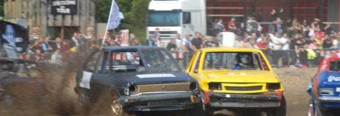 Beim Stock Car Rennen ist alles erlaubt, was auf der Straße bestraft wird. Drängeln, schubsen, rasen, rammen – und das ganze ohne Windschutzscheibe, dafür mit Helm, Halskrause und Überrollbügeln.  Fahren Sie selbst am Steuer eines spektakulären Stock Car Rennwagens durch den Schlamm und testen Sie die Grenzen Ihres Fahrkönnens!  http://www.sports-proemotion.de/angebot/stock-car-challenge/