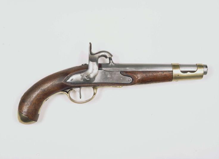 Anonymous | Percussie legerpistool, Anonymous, c. 1815 - c. 1847 | Percussie legerpistool met gladde, ronde loop, welke bij de kamer in een vijfkantig gedeelte overgaat. Aan de bovenkant van de kamer is een percussie schouw ingetapt. Op de loop gemerkt: 1847. I (kroon erboven) en B (kroon erboven). Slot: Percussie slot. De slotplaat is gemerkt: 44, PG en kroon boven elkaar. Hout: Notenhout. Beslag: Messing: Aan de voorkant van de lade is een opengewerkte huls, welke dient voor bevestiging…