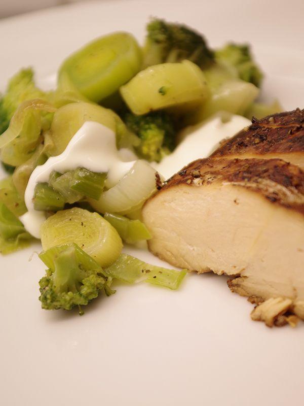 Marinerad kycklingfilé med frästa grönsaker. Läs mer på recept.com