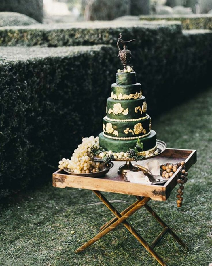 Renaissance wedding cake created by Matthew Sumner.  @lisapoggi florals and decor styling @larosacanina idea concept and production @weddingsit #weddingcakes #renaissancecake #cakeideas #cakesforwedding #weddingcakerock #superwedding #cakethatrocks #impressivecakes #greenwedding #greenweddingcake #graceormonde #graceormondeweddingstyle more images and credits on @wedding_style