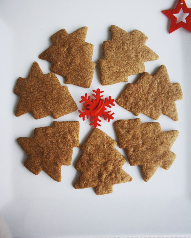 MOOD: Sugestões de Natal #4 cookies natalícias  Comprei uma forma de cortar bolachas na Tiger e achei tão fofa que quis logo fazer algo para esta rubrica! Estas cookies levam farinha de aveia integral, noz moscada e canela como ingredientes principais. Além disso, têm 47 calorias cada!