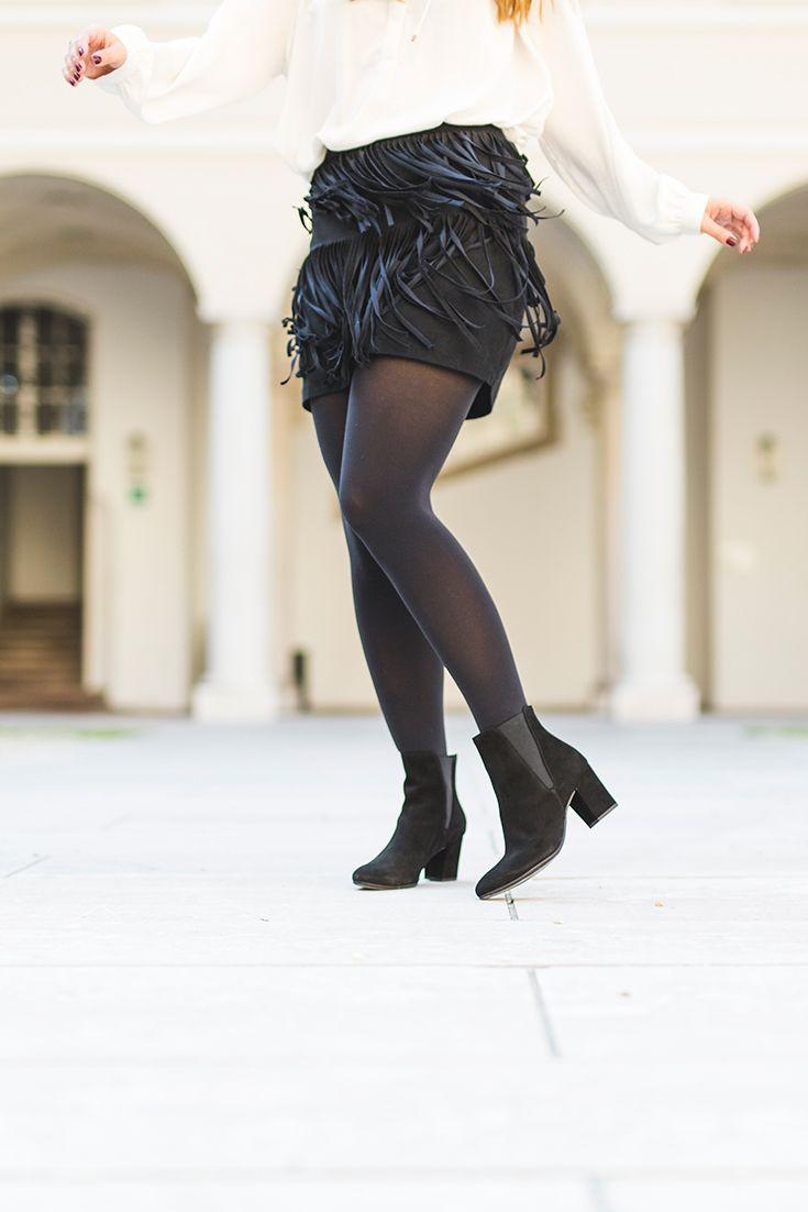 Klassisch schick! Weiße Bluse kombiniert mit schwarzem Fransen-Rock und Paul Green Stiefeletten. Schuhe gibt es hier: paul-green.com #paulgreen #outfit #classy