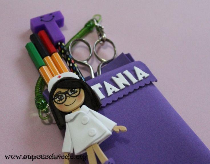 www.unpocodetodo.org - Salvabolsillos personalizado para enfermeras - Broches - Otros - Goma eva - crafts - enfermera - foami - foamy - manualidades - nurse -