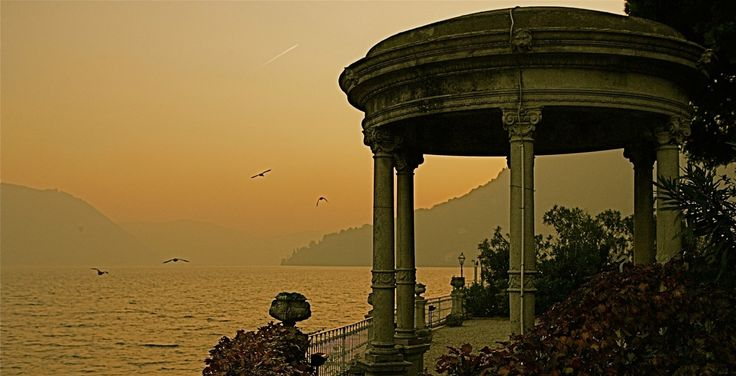 Starting to feel Christmassy on #LakeComo… Any plan for Xmas? What's your next great escape? http://bit.ly/2hwEjEL