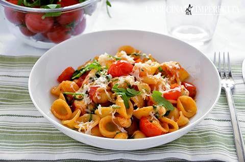 La pasta con pomodorini, scamorza e rucola è un primo piatto estivo facile e veloce. I pomodorini saltati, la scamorza e la rucola si sposano perfettamente tra di loro.