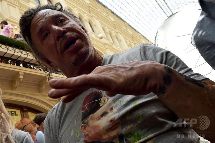 ロシアの首都モスクワ(Moscow)で開催された、ウラジーミル・プーチン(Vladimir Putin)大統領の顔が印刷されたTシャツの発売記念イベントに登場した米俳優ミッキー・ローク(Mickey Rourke)さん(2014年8月11日撮影)。(c)AFP/KIRILL KUDRYAVTSEV ▼13Aug2014AFP|モスクワで「プーチンTシャツ」発売、記念イベントに米人気俳優 http://www.afpbb.com/articles/-/3022968 #Mickey_Rourke