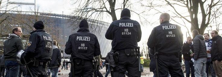 Polizisten vor dem Bremer Weserstadion 2015 beim Bundesligaspiel zwischen Werder Bremen und dem Hamburger SV.