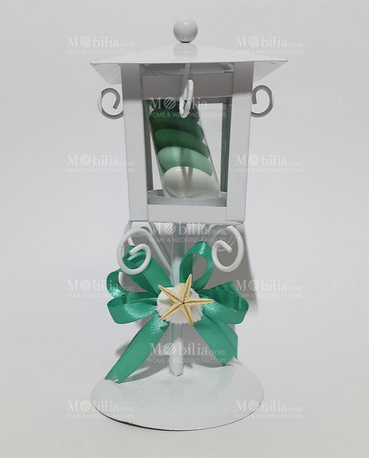 Bomboniere Matrimonio Lanterna Lampione Tema Mare di un meraviglioso color Bianco in vetro e metallo intagliato, confezionata con bellissimi nastri in raso verde, è l'ideale per matrimonio e cerimonie.