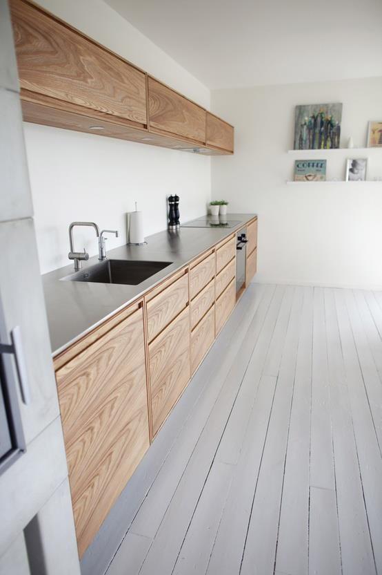 Bleek houten vloer, donker houten keuken, witte muren?  Cocina de madera. Wooden kitchen.