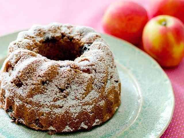 林檎とラムレーズンのケーキ (GF)    低糖質でグルテンフリーのラムレーズン入り林檎のケーキです。★by ヘルスコーチ★ Maxerbear   材料 (18cm丸型または16cmクグロフ型1個分) 林檎 (小)、小口切り 2個 レモン汁 (レモン半個分) 大さじ2 レーズン カップ1/2 ココナッツシュガー 大さじ2 シナモンパウダー 小さじ1/2 水 大さじ2 ラム酒 大さじ2 アーモンドプードル 100 g ココナッツ粉 50 g おからパウダー (またはココナッツ粉)30 g ココナッツシュガー 80 g ベーキングパウダー 小さじ1 卵、溶いておく 2個 無塩バター、溶かしておく 大さじ6 林檎のすりおろしまたはアップルソース 大さじ2~4 アーモンドエッセンス 小さじ1/2 くるみ、小さく砕いておく (オプション) 大さじ4 型に塗る油またはバター 適量 仕上げ用粉砂糖 (オプション) 適量 作り方 1 小さな鍋に林檎、レモン汁、レーズン、砂糖、シナモン、水を入れ、林檎がやわらかくなるまで約10分くらい煮ます。 2 ラム酒を加えて混ぜ、火から下ろします。 3…