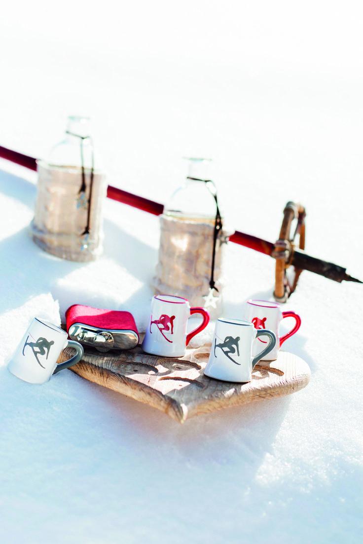 TONI | Der Skifahrer by Gmundner Keramik.  Schnaps Stamperl 2cl in den Farben Grün, Rubinrot oder Grau erhältlich.