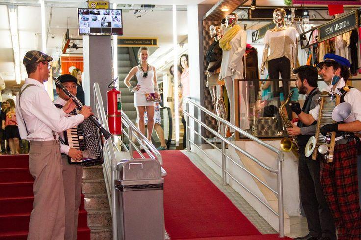 """Nesta quinta-feira, às 13h o novo Mercadinho Chic! fará um desfile especial em plena Alameda Santos, com o tema: Mercadinho Chic! Fashion Mob - Lançamento Primavera/Verão. Uma performance criada pelo mercadinho apresentará um novo conceito de entretenimento na hora do almoço: fusão da moda e gastronomia, com muito estilo. Para esta edição, a """"performance fashion""""...<br /><a class=""""more-link""""…"""
