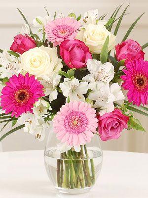 Josette: Alegre combinación de rosas, gerberas y astromelias en tonos rosas y…