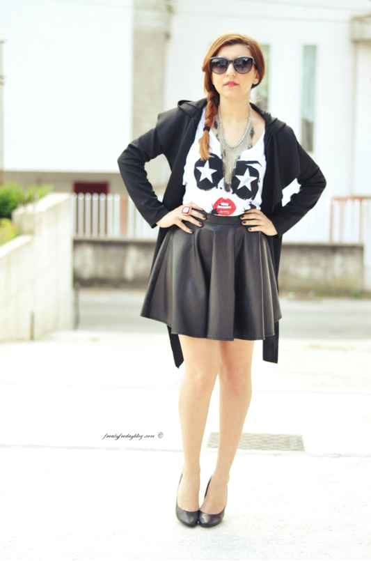 "Sabrina Musco wears ""Avio"" T-shirt http://www.freakyfridayblog.com/2013/05/total-black-e-una-gonna-ruota.html"
