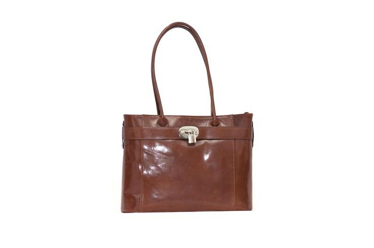 PISA--  Deze stijlvolle tas heeft een luxe uitstraling en mag niet ontbreken bij je zakelijke outfit.  De tas is voorzien van een klein en een groot ritsvak, een apart telefoonvakje en een extra vak met rits aan de achterzijde van de tas.     Materiaal: Echt leer