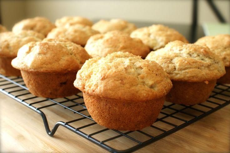 Такие кексы похожи на мини-запеканки. Они отлично подходят для завтрака, полдника или просто для тех, кто любит творожную выпечку. Набор ингредиентов прост, а быстрота приготовления делает этот рецепт незаменимым на кухне каждой хозяйки.