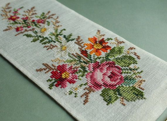 This pattern is re-charted form an antique hand painted chart in my collection. With the border : (63 x 133 stitches)    4,50 x 9,50 / 12 x 26 cm