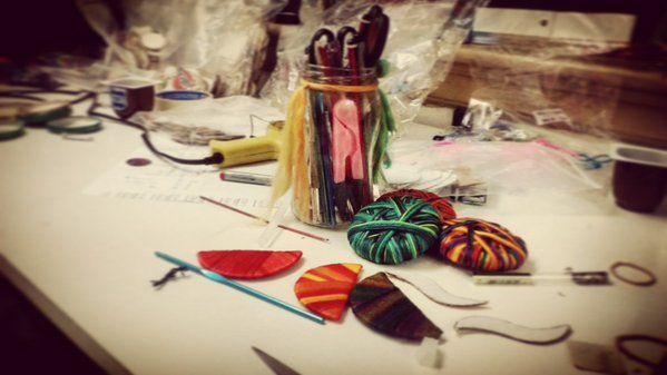 Produciendo!!!!! #diseño #color  #cartón #reciclado #moda #accesorio #produccion