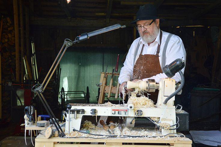 Puusorvilla syntyy käsityönä taidokkaasti valmistettuja käyttöesineitä. Luuppi, Oulu (Finland)