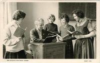 Arnhem 1960. Mw. drs. Maria Christina Corbeau, in klaslokaal tijdens Franse les. Zij was van 1944-1963 directrice en lerares Frans aan de Gemeentelijke H.B.S. en M.S. voor meisjes aan de Apeldoornseweg.