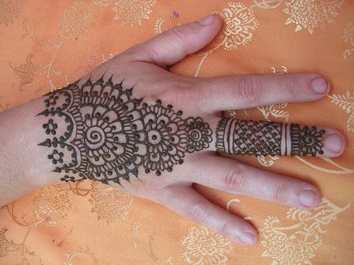Mehndi Henna Red Cone Infection : Applying chemical laced mehndi henna on the hands can cause
