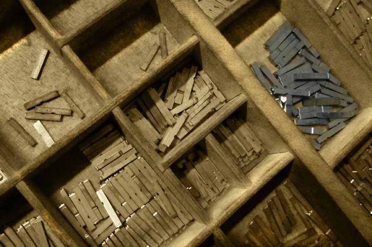 Ogni cassetto tipografico ha decine di caselle, tante quanti sono le lettere, i numeri ed i glifi di ogni singolo carattere diviso per dimensione (corpo).