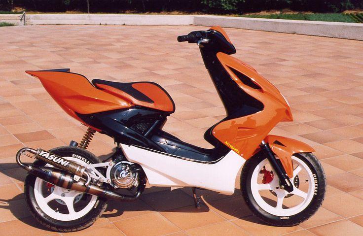 Scooter naranja.