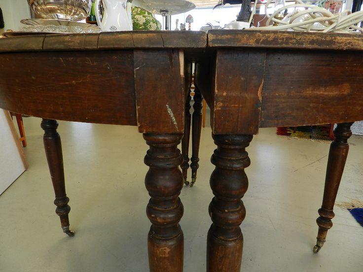 Vackert månbord med små hjul av mässing som avslut på de svarvade benen. Bordet kan med fördel placeras på var sida om ett fönster eller som ett runt bord | Linne & Lump i Laxå AB