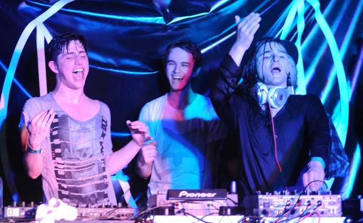 OMG! Three of my favourite DJs in the world TOGETHER! Skrillex + Zedd + Porter Robinson.
