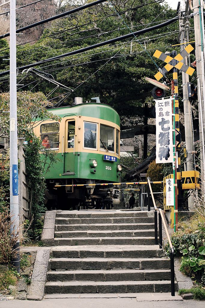 Eno-Den & Goryo-jinjya, Kamakura, Japan 鎌倉 御霊神社の前