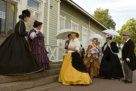 There are walking tours which present the history of Hamina and many interesting details.  The history of the circular town is full of colourful characters and stories. On a time travel to 19th century Hamina, characters such as the pharmacist's wife or a widow enliven the tour with their fascinating stories.