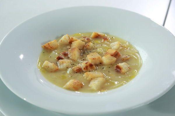 Sýrová polévka s pórkem a cibuli