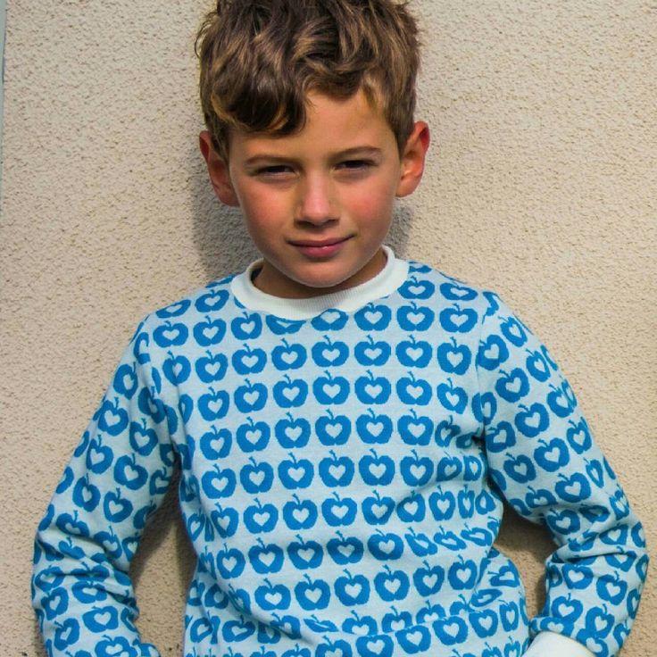 Appleliefde fabric organic jaquard designed by Deborah van de Leijgraaf -- http://shop.by-bora.com -- #casennina #lillestof #jacquard #apple #sewponypatterns #issietop #organic #sewing #fabric #pattern #apples #boy #blue