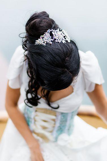 Taillenmiederdirndl für die moderne Braut in Tracht von Tian van Tastique  www.tianvantastique.com