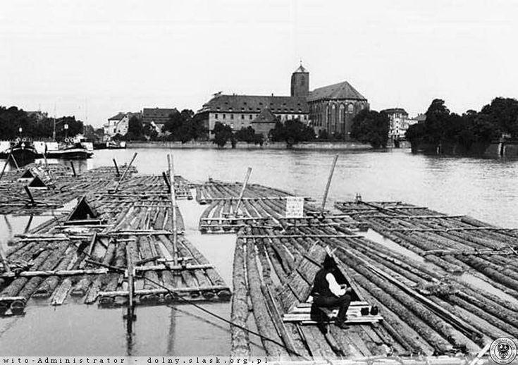 Postój flisaków.Schyłkowy okres epoki gdy rzeka Odra była szlakiem spławu drewna co widać na powyższym.Rok 1910