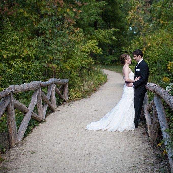 Outdoor wedding at Grove Redfield Estate in Illinois Photo: Emilia Jane Photography)