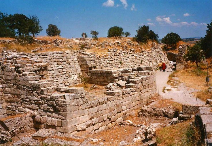 Las murallas de Troya eran inclinadas para dificultar el asalto y poder echar aceites ardiendo sobre los atacantes.
