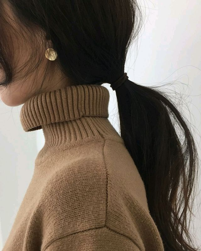 Wispy thin ponytail,  with a ribbed turtle neck sweater. Super cozy hair do for winter.
