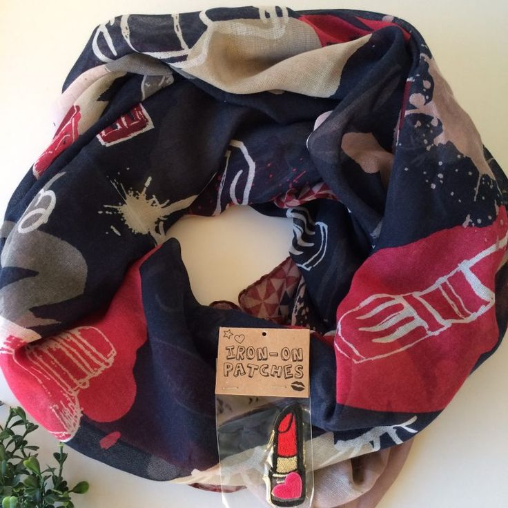 shawl met print en patches - new online - 4leafs4joy - tabblad shawl - 140 x 140 cm - 100% Polyester - make-up afbeeldingen - inclusief 2 patches