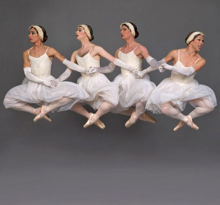 Les Ballets Trockadero de Monte Carlo, only men dancers, il lago dei cigni, passo a 4.